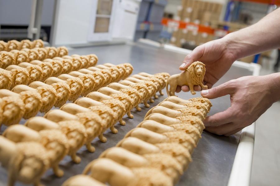 Фигурки Schleich остывают на плитах